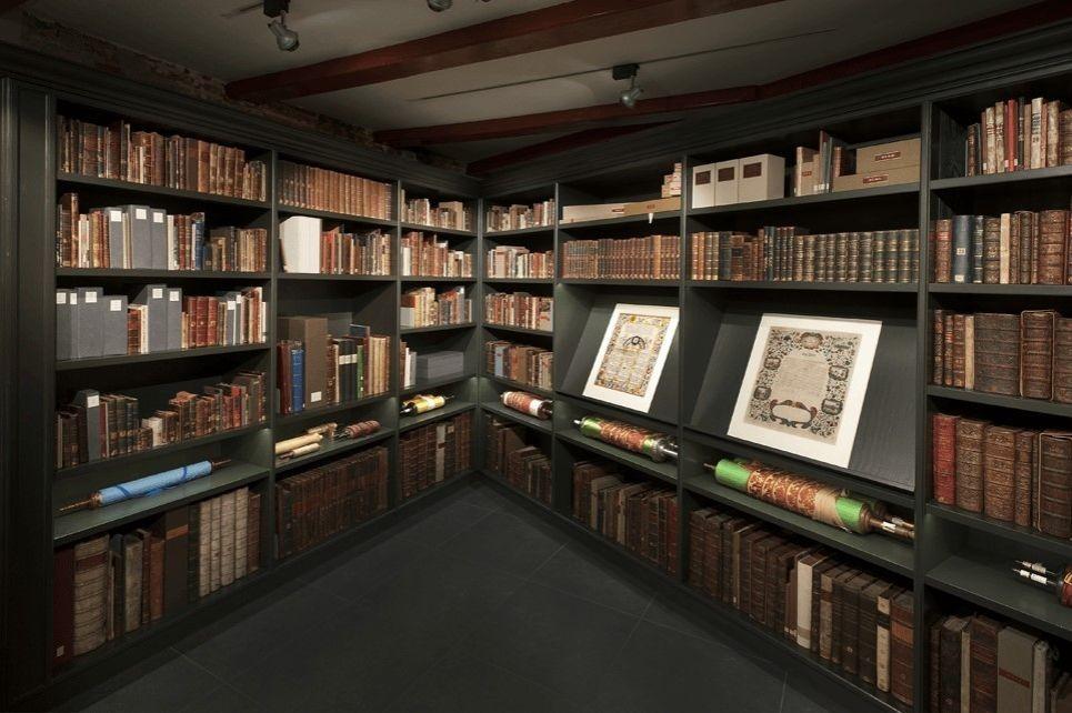 הספרייה היהודית העתיקה בעולם בבית הכנסת הפורטוגזי
